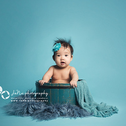 Vancouver-newborn-photographer-liv-blue-wood-bucket_jana