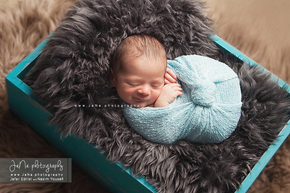 Vancouver-newborn-photographer-Alexandre-box-smile-web