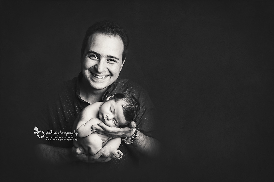 vancouver_newborn_photographer_jana_dad_black_white