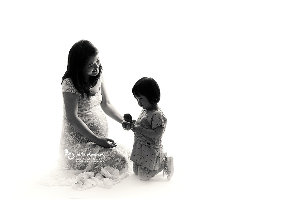 vancouver_maternity_photography_Black_white_sibling