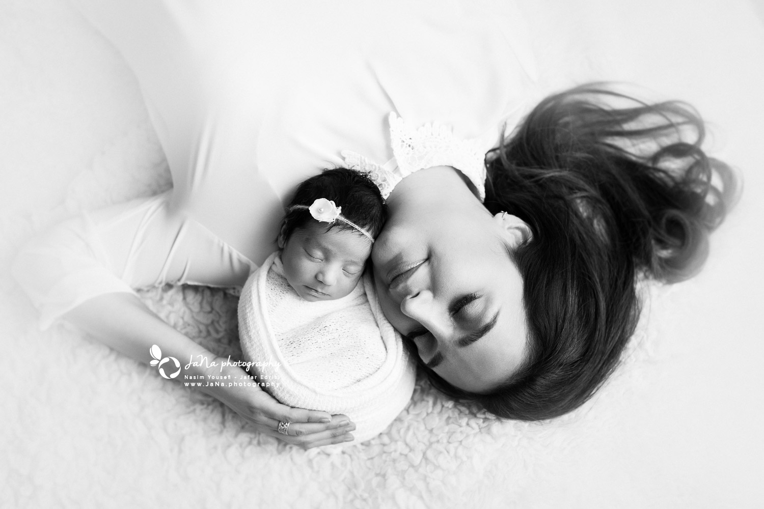 newborn photography with mom - black and white