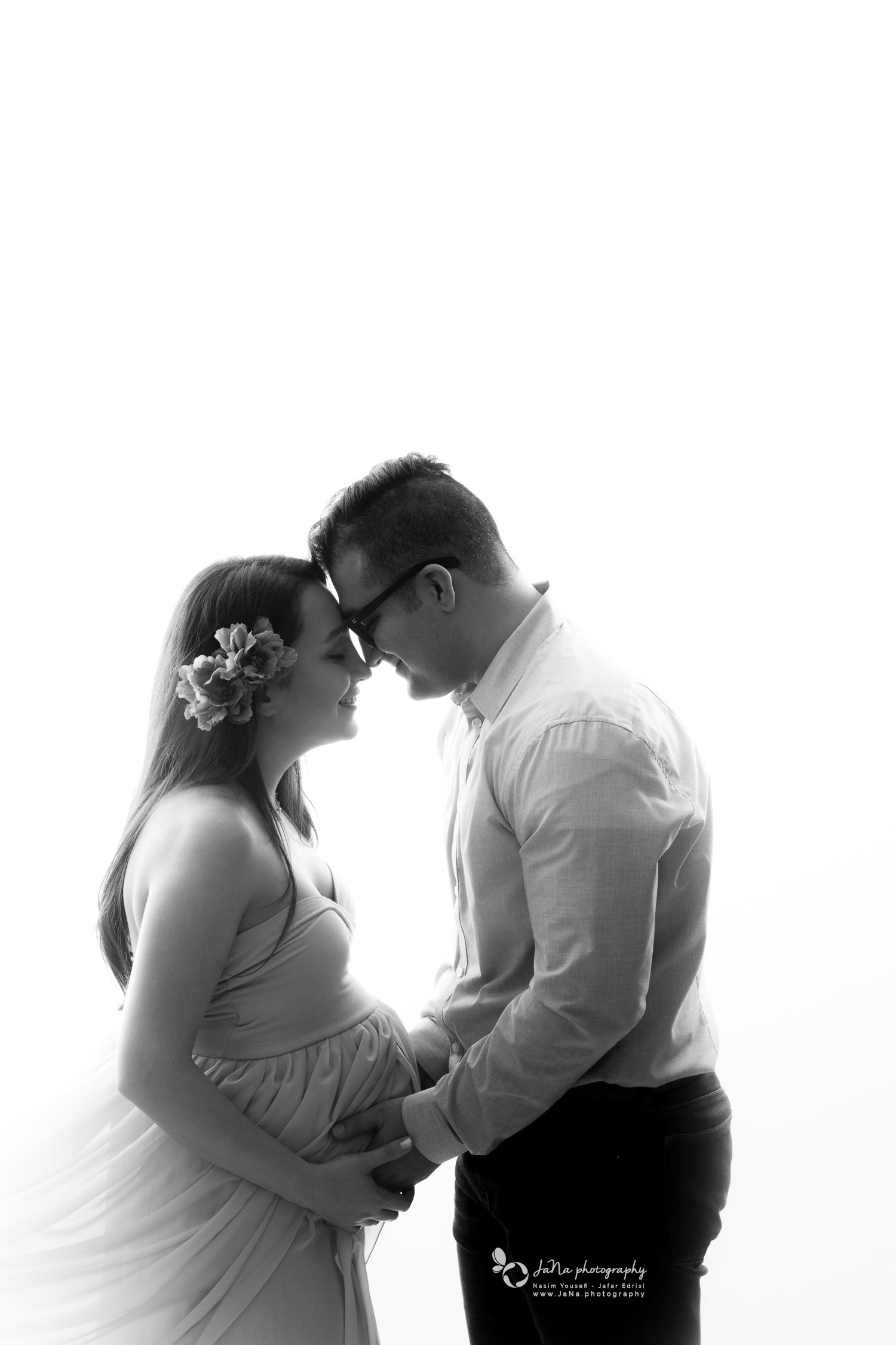 black and white pregnancy picture - couple -