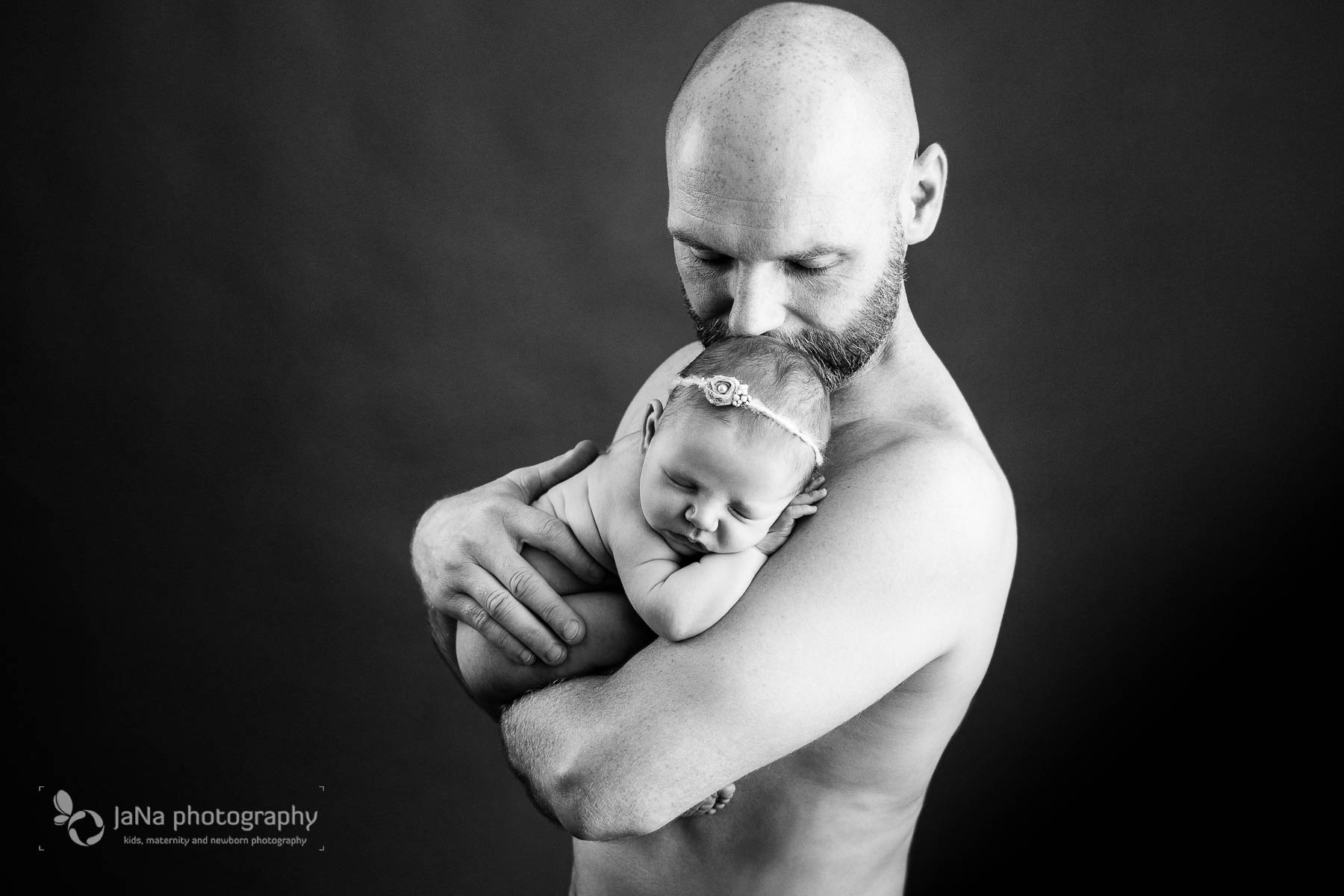 Vancouver newborn photography Magnolia- dad - Black and white