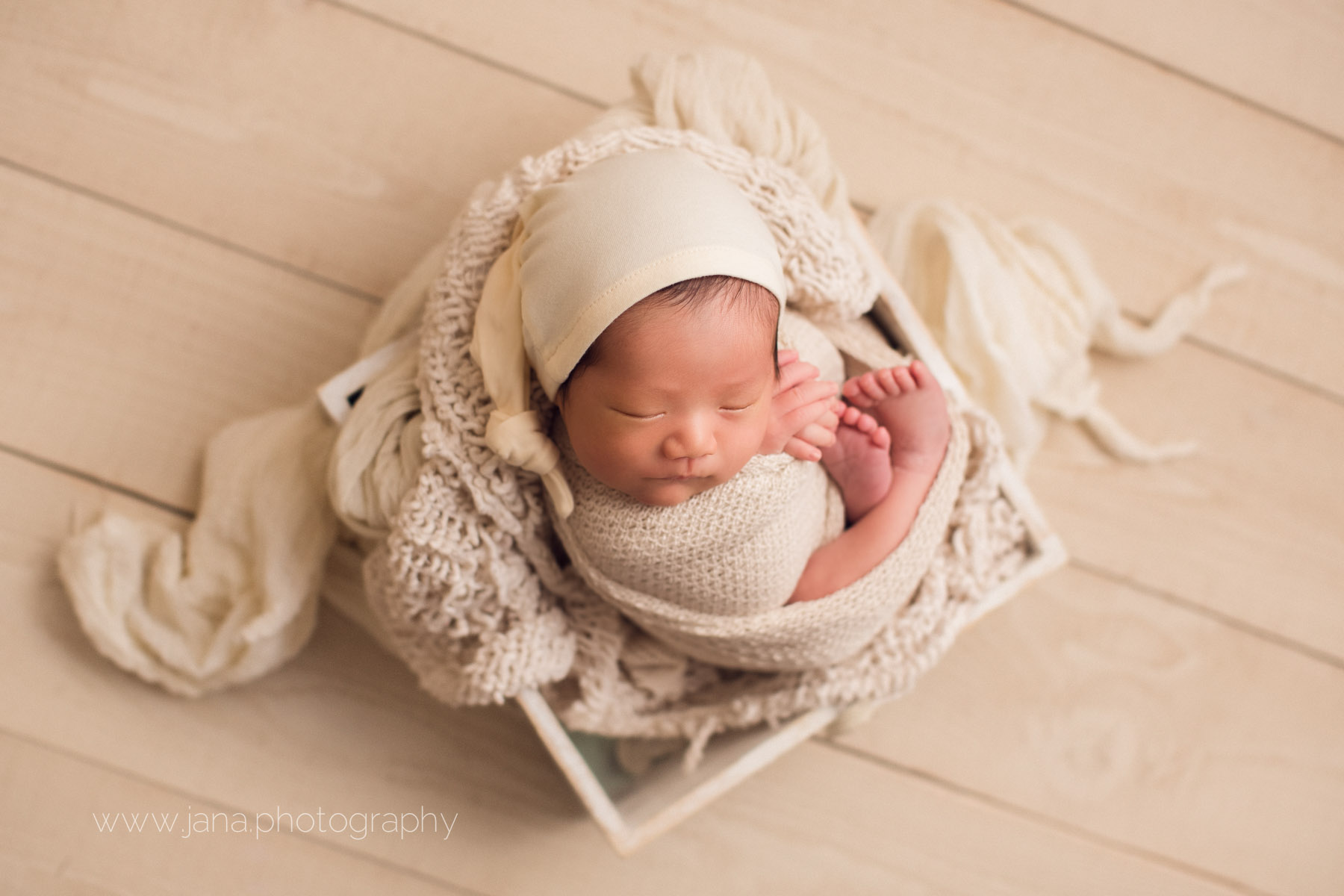 Newborn photography - white - basket