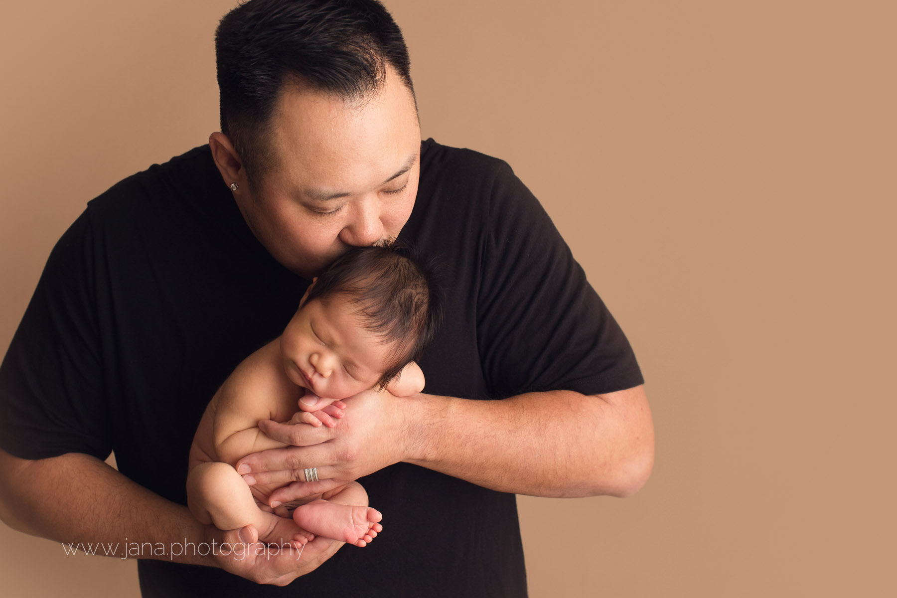 Newborn photography - dad's kissing