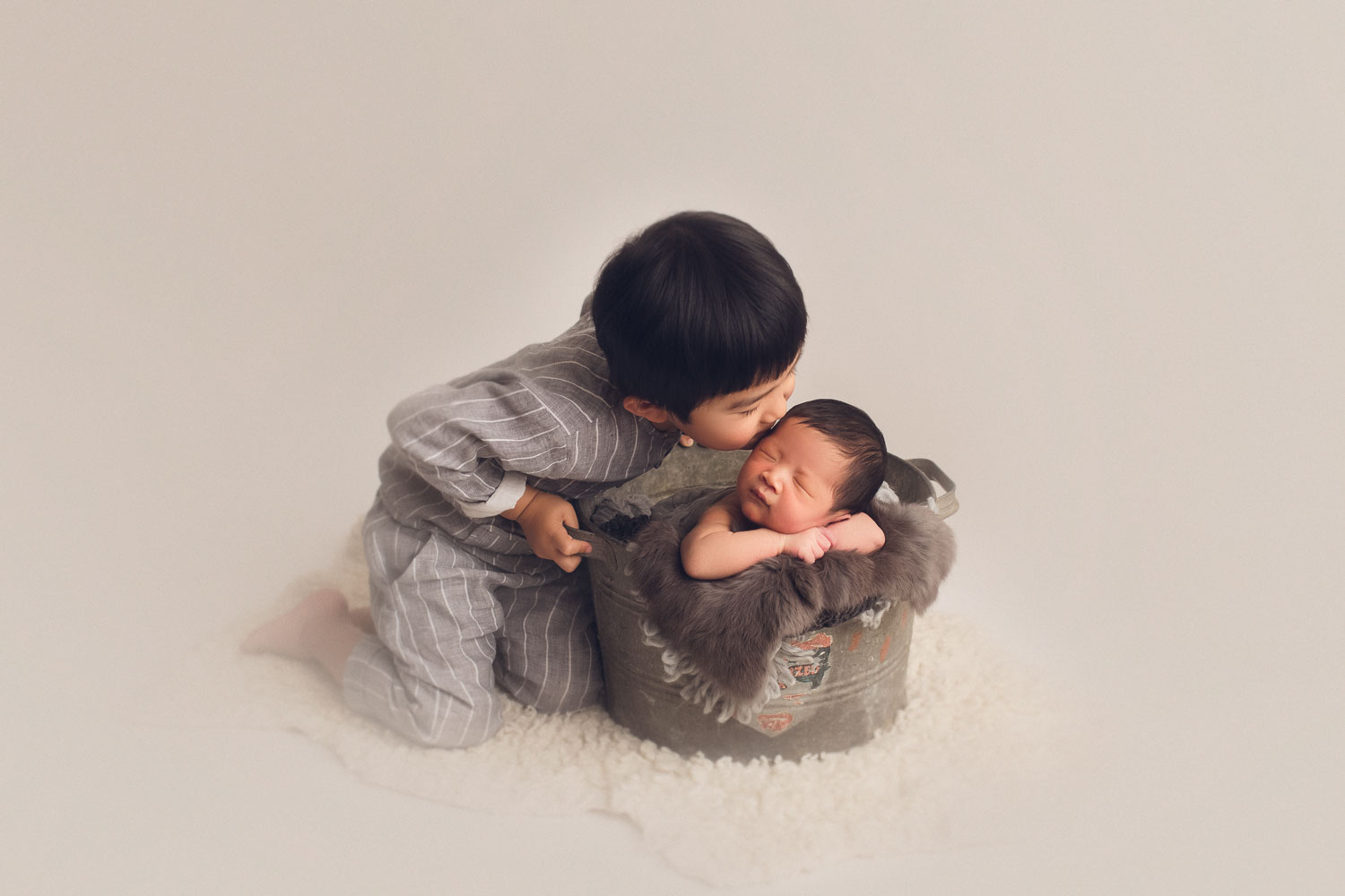 newborn photography vancouver - sibling kissing