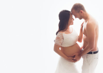 happy-pregnant-couple-maternity-photoshoot