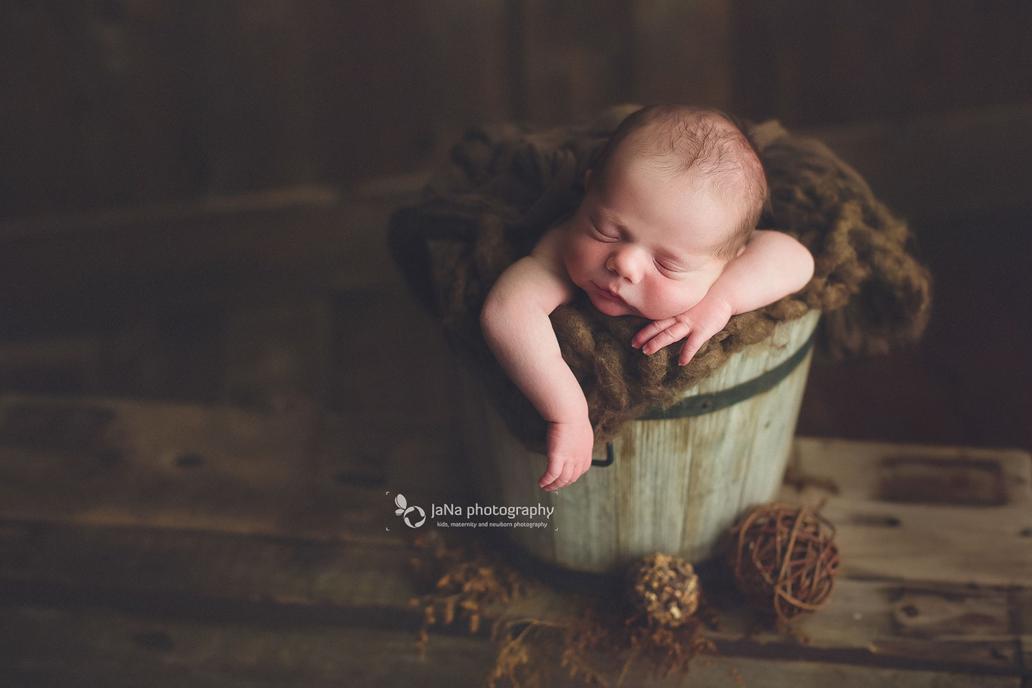 posing newborn babies in a brown bucket - jana photography