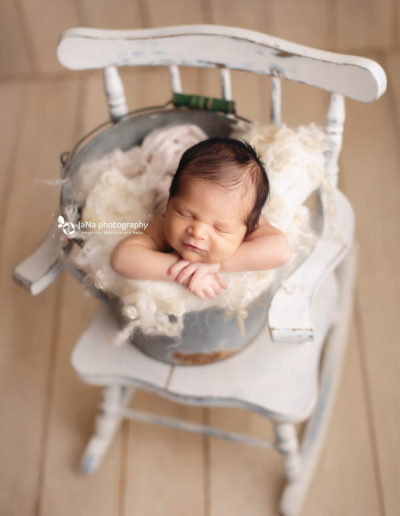 vancouver-newborn-photography-jana-bucket-pose