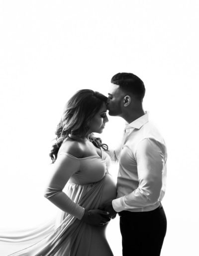 maternity photographer - vancouver - jana photography - black and white - kissing