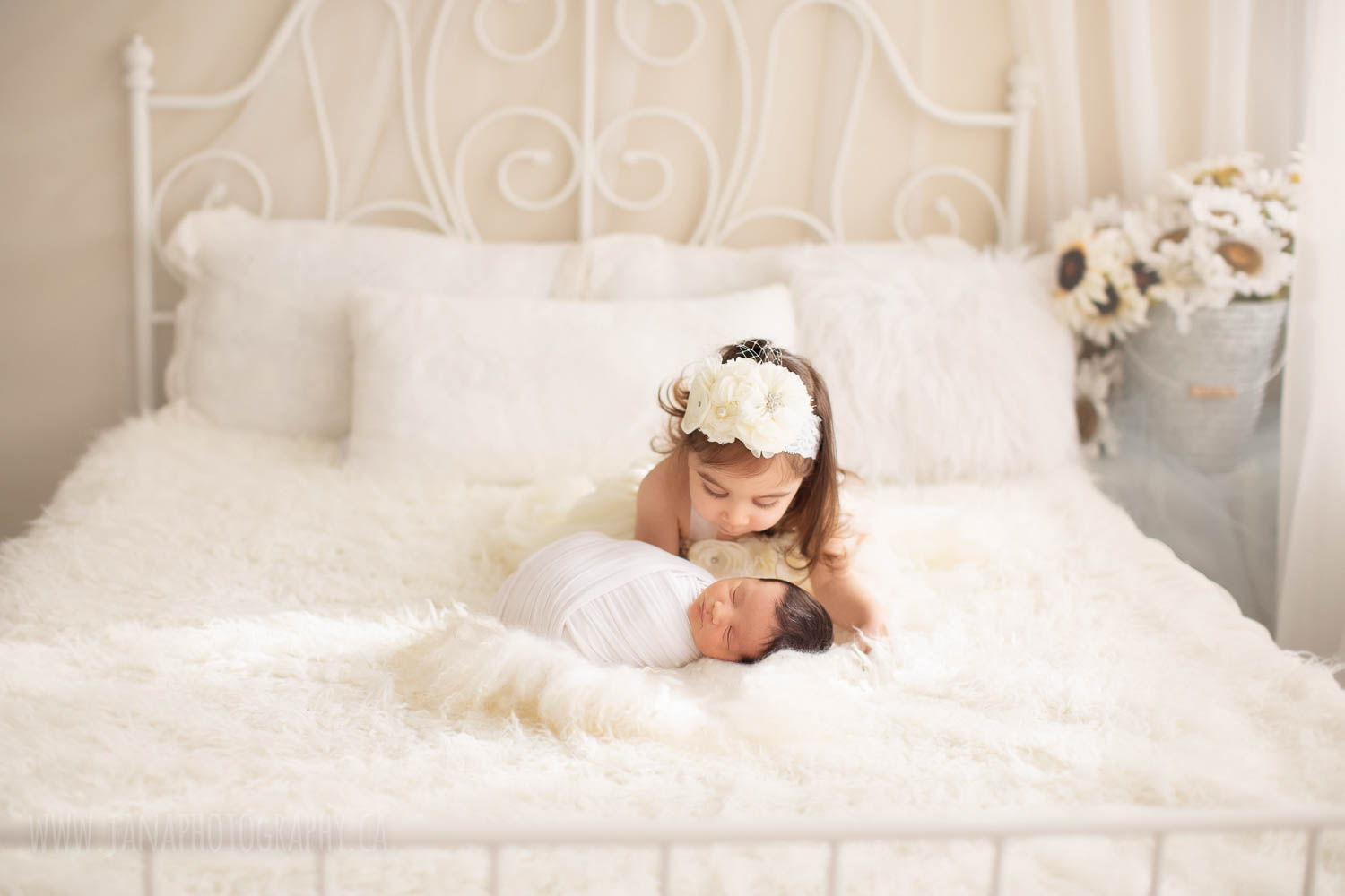 Tips for photographing your own newborn at home with natural light (DIY)